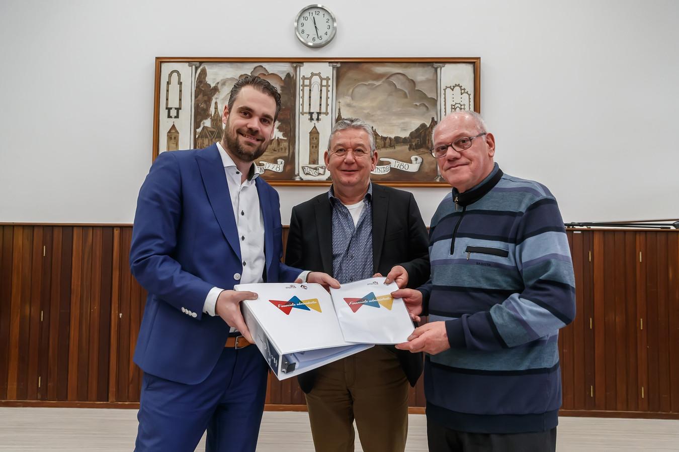 De KBO's van Etten en Leur slaan met de gemeente de handen ineen om ouderen te helpen met administratieve taken. In beeld wethouder Martin van der Bijl met KBO-voorzitters Jack Oomen (Etten) en Jan van Iersen (Leur).