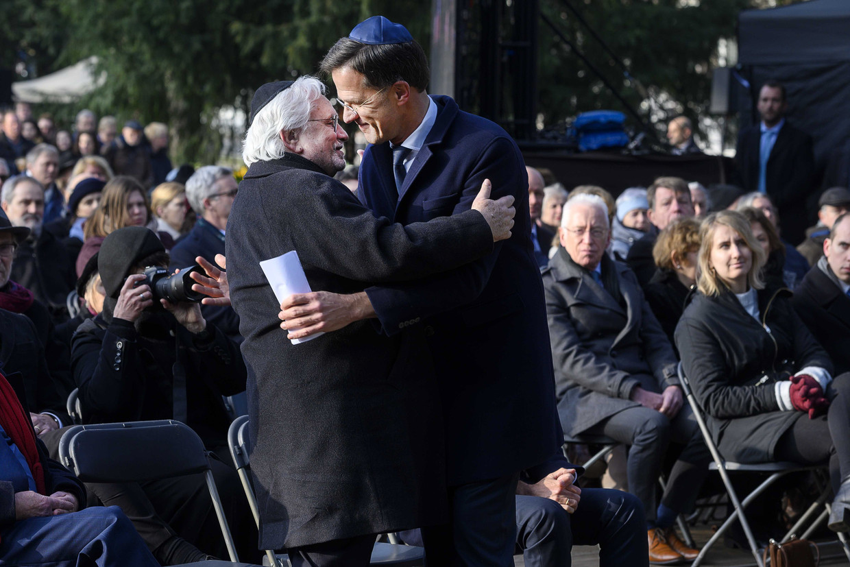 Premier Mark Rutte en Jacques Grishaver tijdens de Nationale Holocaust Herdenking in Amsterdam.
