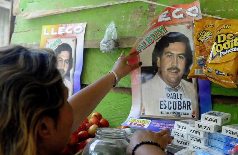 Een reclameposter voor een stickeralbum met plaatjes van Pablo Escobar (1949-1993). Veel arme Colombianen zien Escobar nog steeds als een held, een soort Robin Hood-figuur. Beeld EPA
