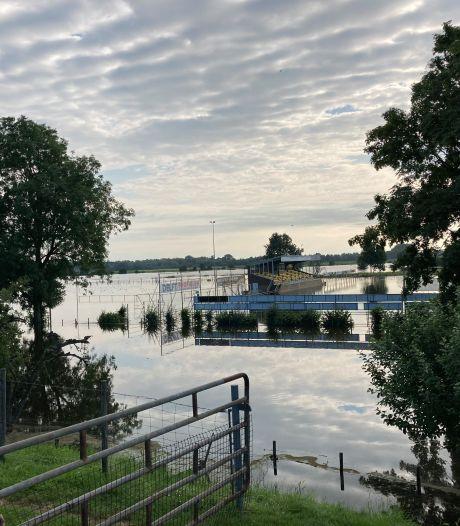 Wateroverlast Wijk en Aalburg: voetbalvelden Wilhelmina'26 ondergelopen
