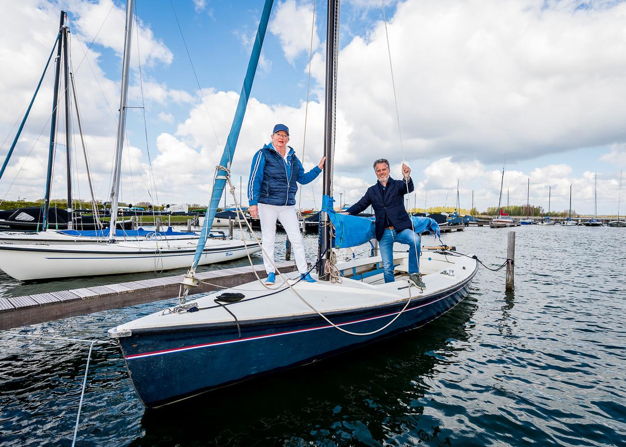 Monique Nuytermans van watersportvereniging Buurman in Nesselande (links) met Pieter van Hoof van de gebiedscommissie Prins Alexander. Als het aan de laatste ligt, krijgt de club subsidie voor haar duurzame plannen.