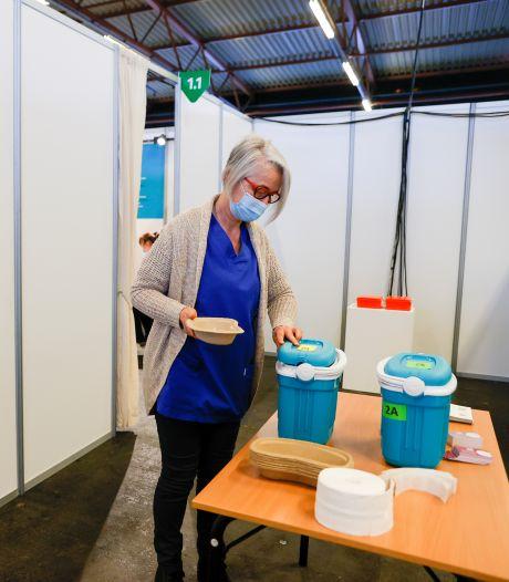 """Dans les coulisses d'un centre de vaccination pendant une journée: """"Le frigo est vide!"""""""