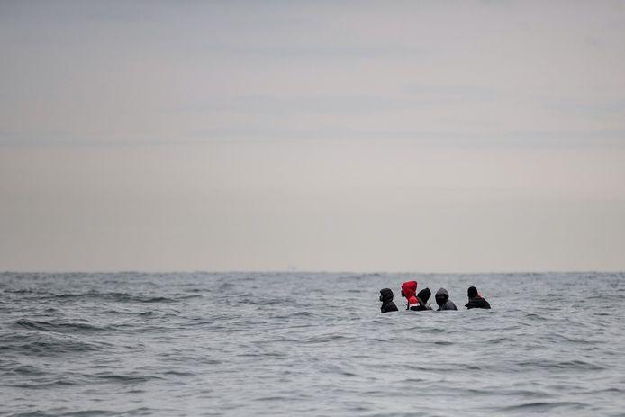 Migranten proberen met een gammel bootje de overkant van het Kanaal te bereiken. Archiefbeeld.
