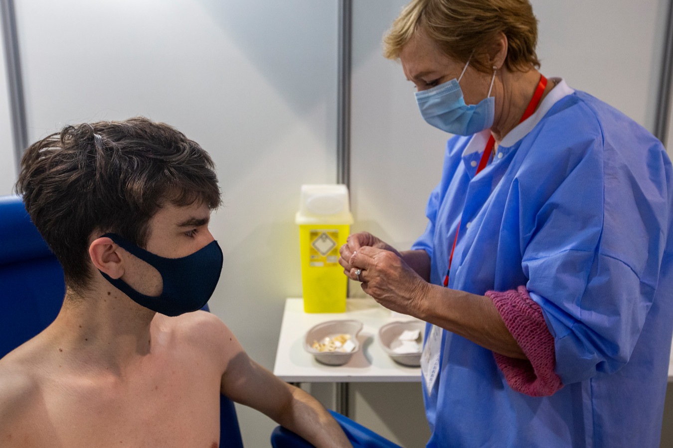 Deze jongere krijgt een Johnson & Johnson-vaccin op de Heizel.