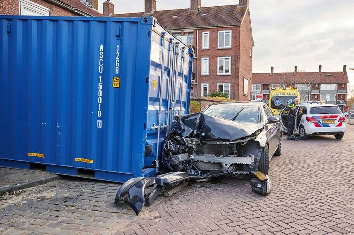 De auto botste in de Buys Ballotstraat op de container.