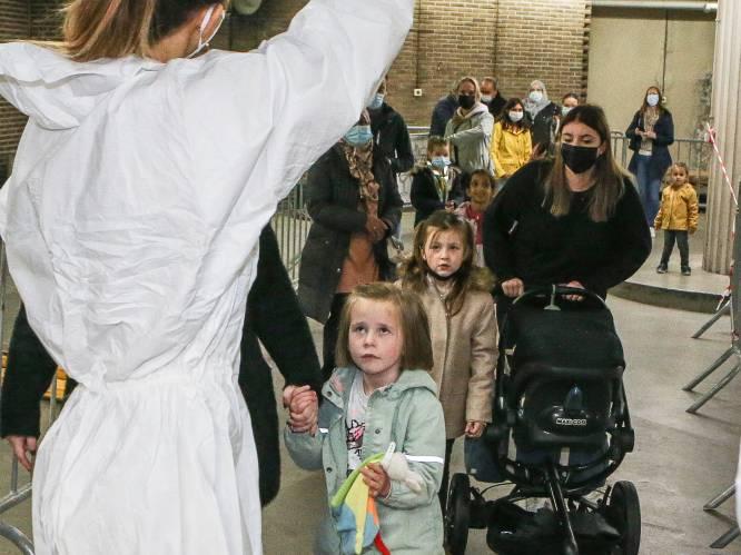 """REPORTAGE. Kinderen overspoelen de testcentra: """"Het is de tweede keer deze week dat we hier staan"""""""