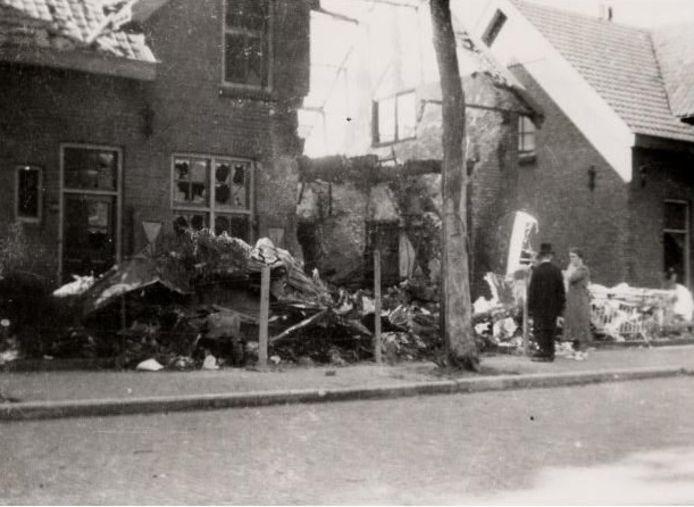 Twee voorbijgangers bekijken de ravage na het neerstorten van het vliegtuig van Georges Saméry en Eugène Le Maresquier in de Verkuyl Quakkelaarstraat in Vlissingen.