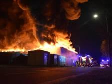 Enorme brand legt papierrecycling in Staphorst in de as: nablussen trekt veel bekijks