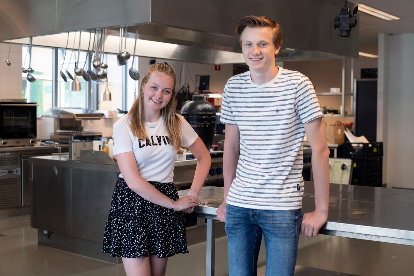 VMBO-leerlingen Sanne Willemsen en Timo Hacken van het Mondial College krijgen woensdag pas de uitslag van hun examen te horen