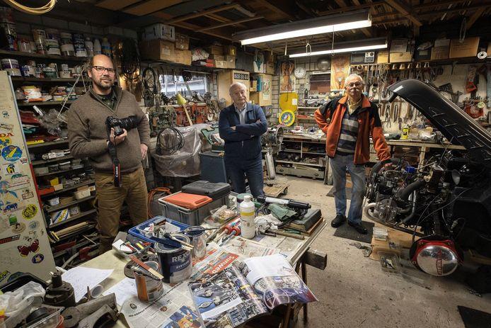 Wim Boers (R) en Bob van Soolingen in de werkplaats. Links fotograaf Otto Kalkhoven.