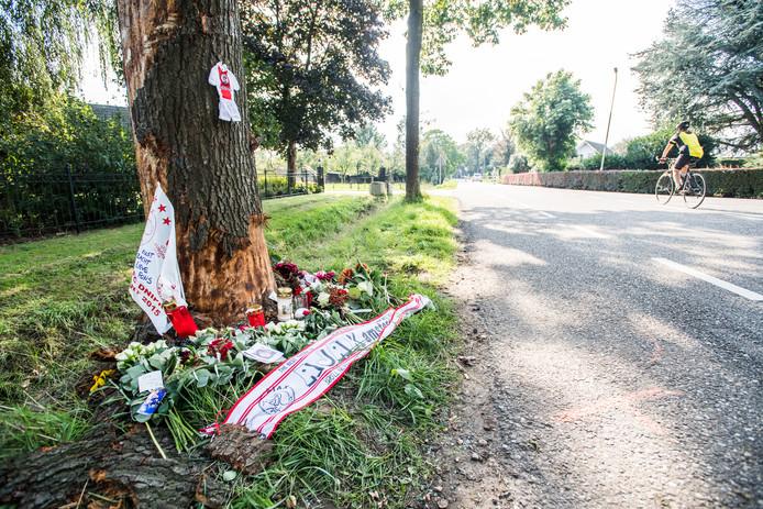 Bloemen bij de plek waar Henri Jansen dinsdag om het leven kwam.