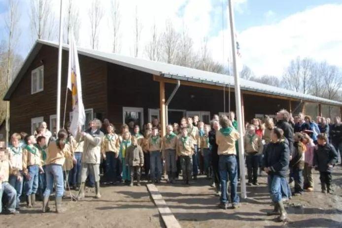 Leden van Scouting Emmeloord tijdens de opening van hun clubhuis in 2008. De afgebeelde personen zijn voor zover bekend geen deelnemers aan het zomerkamp geweest waar coronabesmettingen plaatsvonden. Zij zijn daarom onherkenbaar in beeld gebracht.