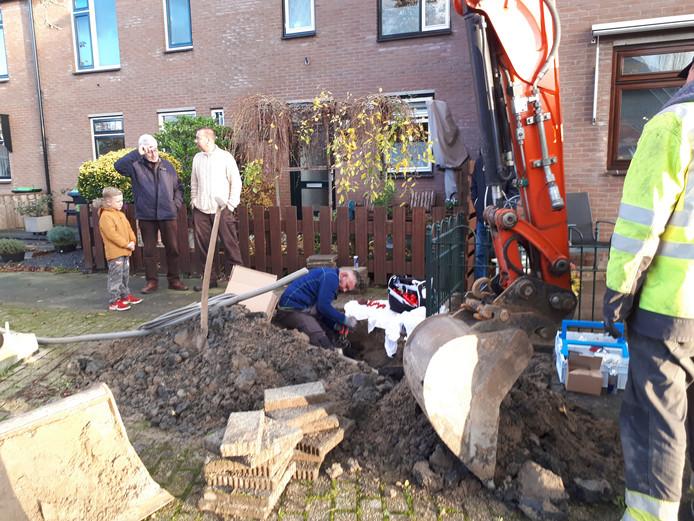 Stedin is bezig met reparatiewerk in de Roosendaelweg