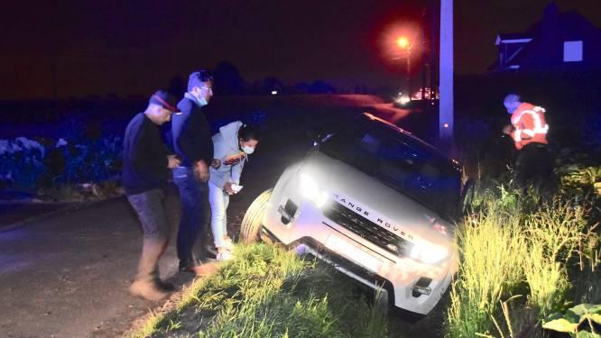 Jonge bestuurder afgeleid door smartphone op landelijke weg: auto belandt in de gracht