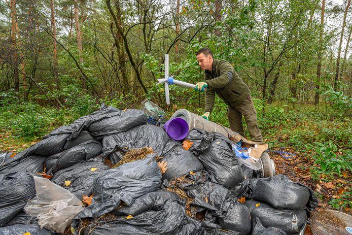 Drugsafval in een natuurgebied in Bergen op Zoom, volgens bezorgde burgemeesters een van de uitwassen van de criminele drugsindustrie.