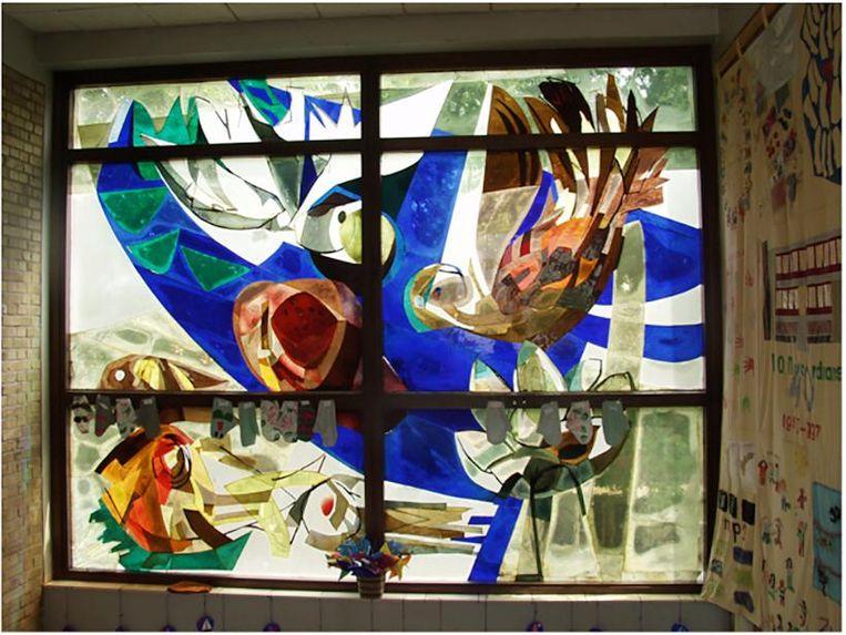Glasappliqué van Aart Roos uit de Noordmanschool in de Louis Couperusstraat, nu in opslag. Beeld -