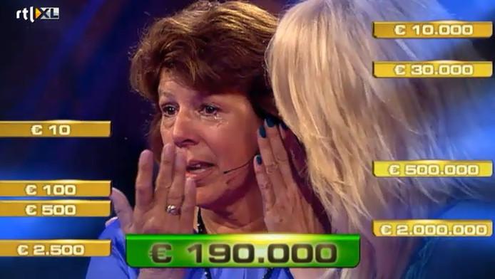 Linda de Mol troost haar kandidate na het winnen van 190.000 euro.