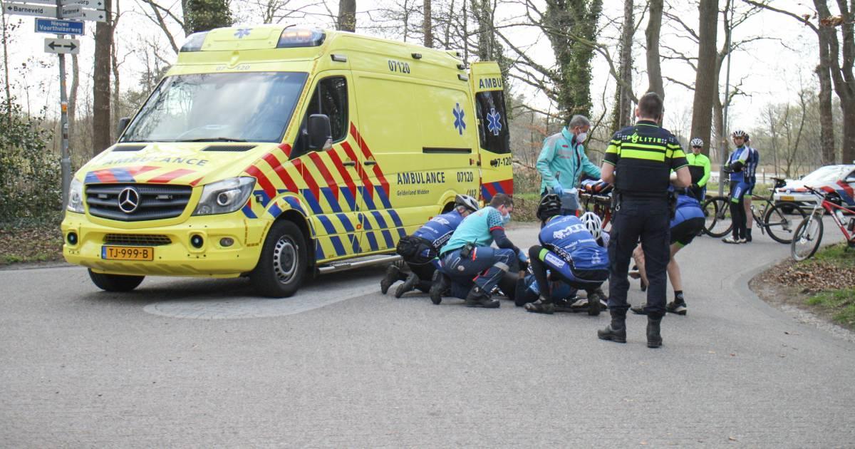 Wielrenner gewond naar ziekenhuis na aanrijding met bestelbusje in Nijkerk.