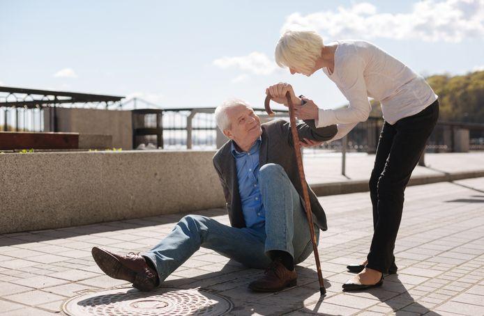 Zorginstellingen laten ouderen soms extra betalen als ze te vaak noodhulp inschakelen na een val.