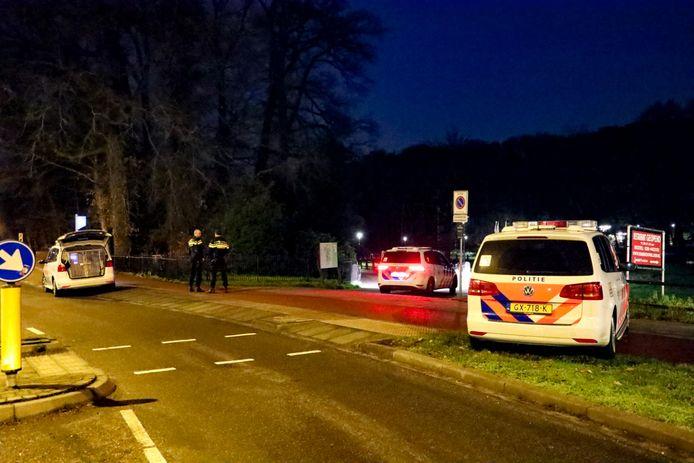 Agenten zoeken met honden naar een slachtoffer van een beroving in Sonsbeekpark in Arnhem.