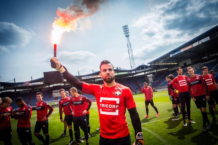 Doelman Kostas Lamprou van Willem II vlak voordat Willem II aan de laatste training begint voor de wedstrijd tegen NAC.