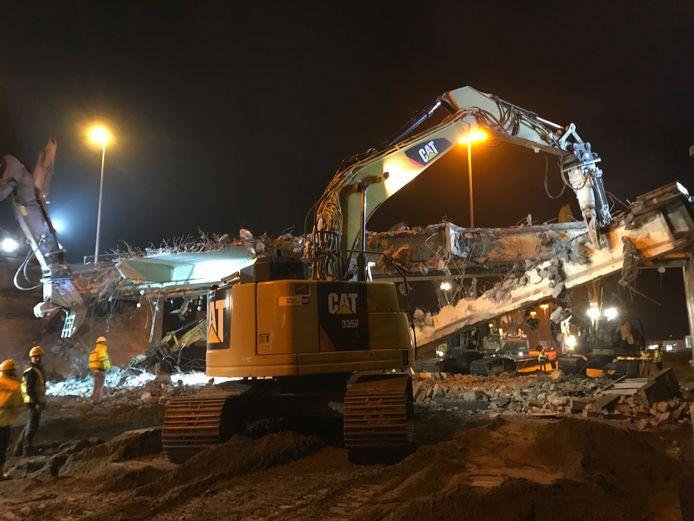 De brug Oprit wordt na 66 jaar afgebroken. Door de werken, die welgeteld één nacht duurden, was de snelweg A10 afgesloten.