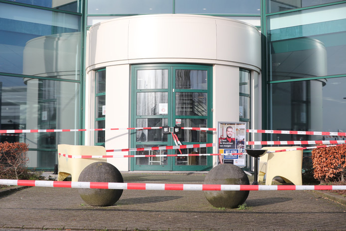 De omgeving rondom het ROC Mondriaan is door de politie afgezet.