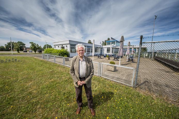 Jan Astrego van erfgoedvereniging Twente, een van de organisaties die zich zorgen maken over het behoud van het erfgoed op de voormalige luchthaven Twente.