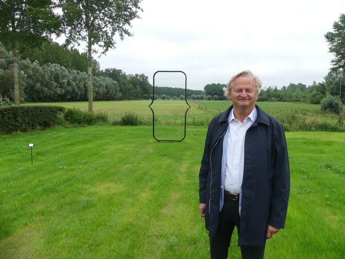 Francis Maere bij één van de kunstwerken met zicht op het landschap.