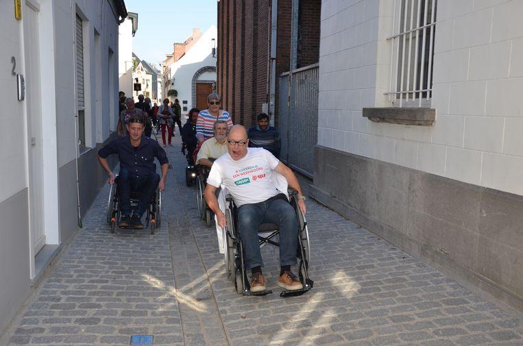 Voor rolstoelgebruikers is het geen eenvoudige zaak om zich te verplaatsen in de Torenstraat ondervonden de deelnemers van de 'Rolstoelchallenge'.