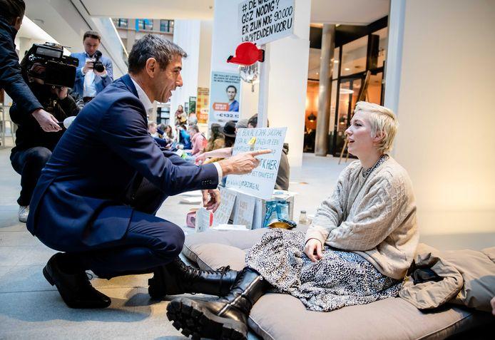 Staatssecretaris Paul Blokhuis van Volksgezondheid, Welzijn en Sport in gesprek met  Charlotte Bouwman