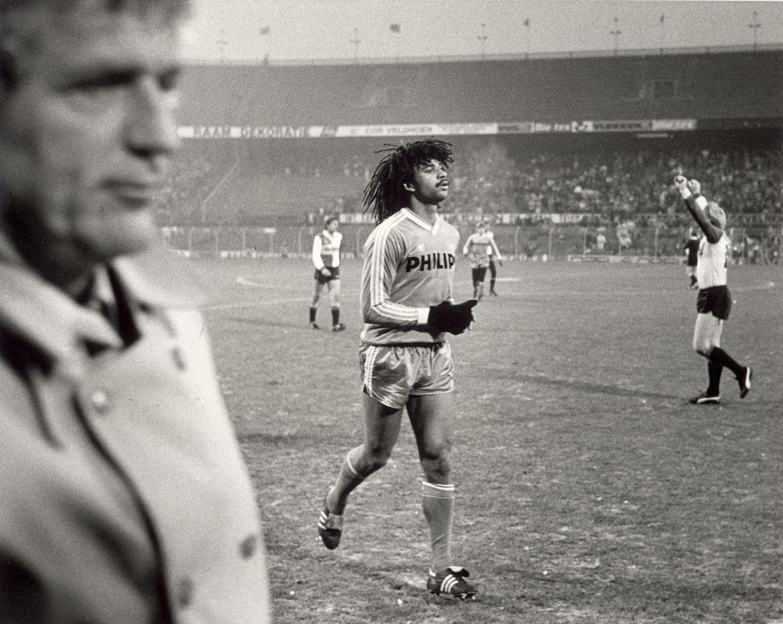 November 1984. Feyenoord juicht. De club heeft PSV uitgeschakeld in het bekertoernooi. Ruud Gullit (midden) haast zich van het veld. Links Feyenoordcoach Ab Fafié.  Beeld Pro shots
