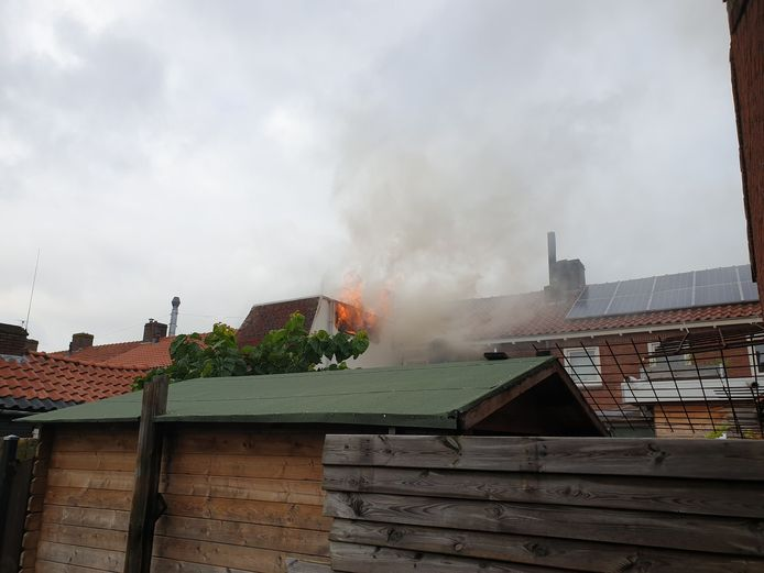 De brand woedt in de achterzijde van het pand.