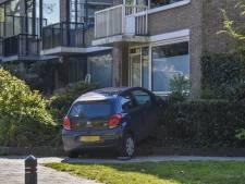 Auto rijdt voortuin binnen in Doorwerth