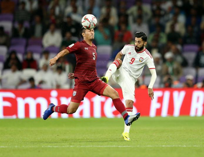 Bandar Al Ahbabi (r) van de Verenigde Arabische Emiraten in duel met Adison Promrak van Thailand.