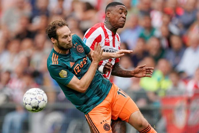 Daley Blind en Steven Bergwijn in een fel duel verwikkeld tijdens PSV-Ajax.