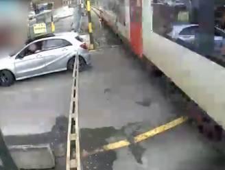 Auto negeert rood licht, raakt vast tussen de slagbomen en wordt ei zo na door trein gegrepen