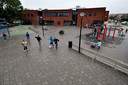 Het schoolplein bij basisschool Het Palet in Klundert doet na schooltijd dienst als speelvoorziening voor de wijk. Het plein heeft onder meer een pannaveldje, basketbalpaal, klimrek, tafeltennistafel en een verkeersplein.