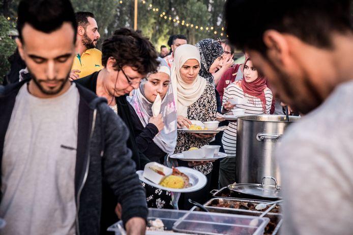 Na zonsondergang komen mensen tijdens de ramadan normaal samen om de avondmaaltijd of 'iftar' te nuttigen. Het zijn warme ontmoetingsmomenten met buren, vrienden en familie. Door de lockdown is dat onmogelijk.