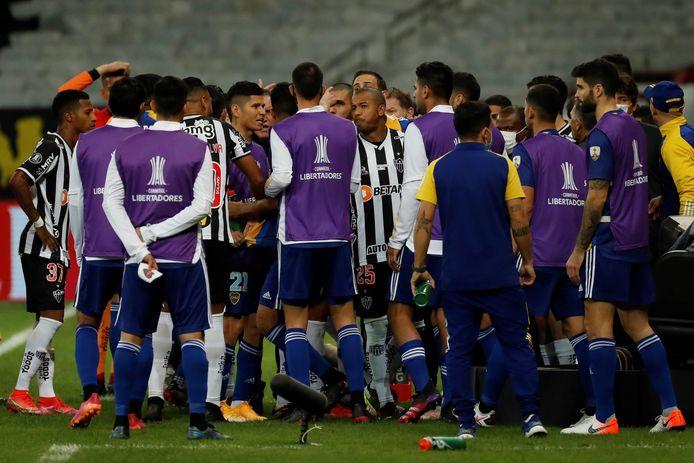 Opstootje tussen spelers van Boca Juniors en Atlético Mineiro na het VAR-moment.