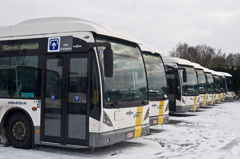 De bussen kunnen niet uitrijden door de gladde wegen. Beeld De Scheirder