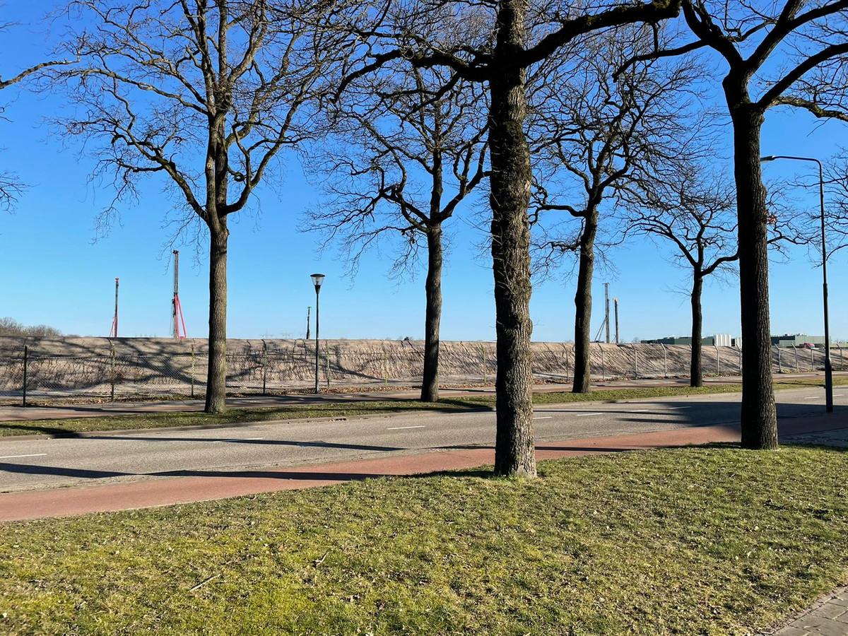 Vijf hei-installaties zijn van 's ochtends tot 's avonds bezig op het voormalige Philips-terrein. Er moeten nog zo'n 800 palen de grond in.