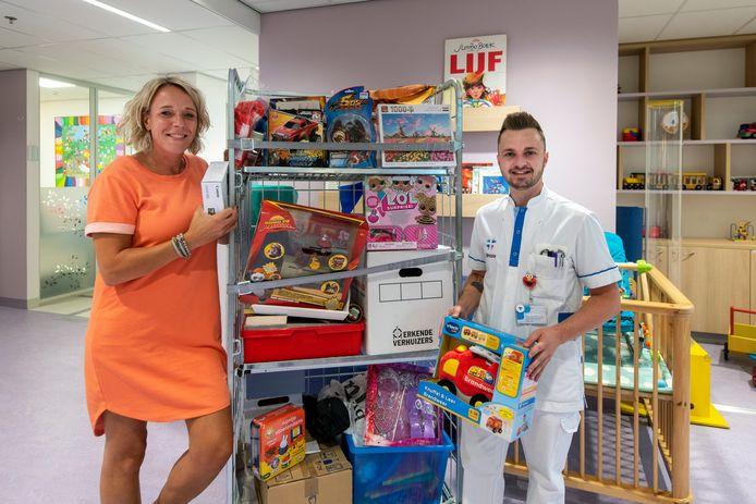 Sigrid Bouma (l) en Dion van Heumen, medewerkers van Rijnstate, zijn een actie gestart om geld op te halen voor het nieuwe Centrum voor Vrouw en Kind.