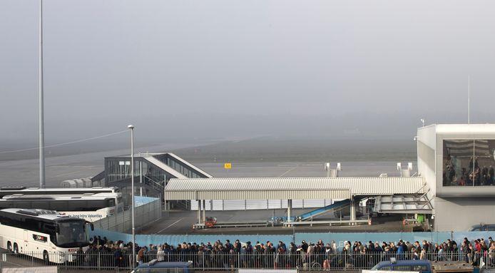 Reizigers mochten soms wel de vliegtuigen in, maar moesten daar in sommige gevallen urenlang wachten op 'een gaatje' in de mist.