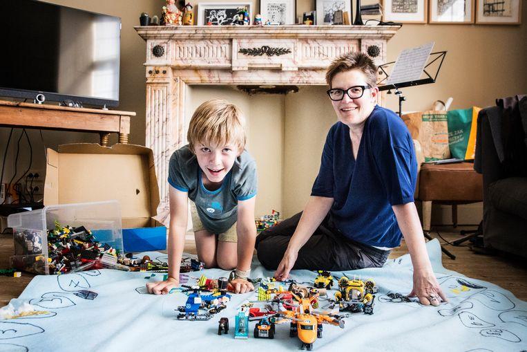 Pepijn en zijn mama Celine: 'Ik kan geen enkele huistaak bedenken die ik graag doe.' Beeld Aurélie Geurts