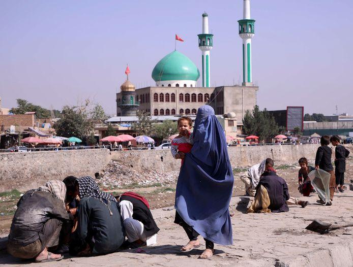 Een vrouw op straat in Kaboel.