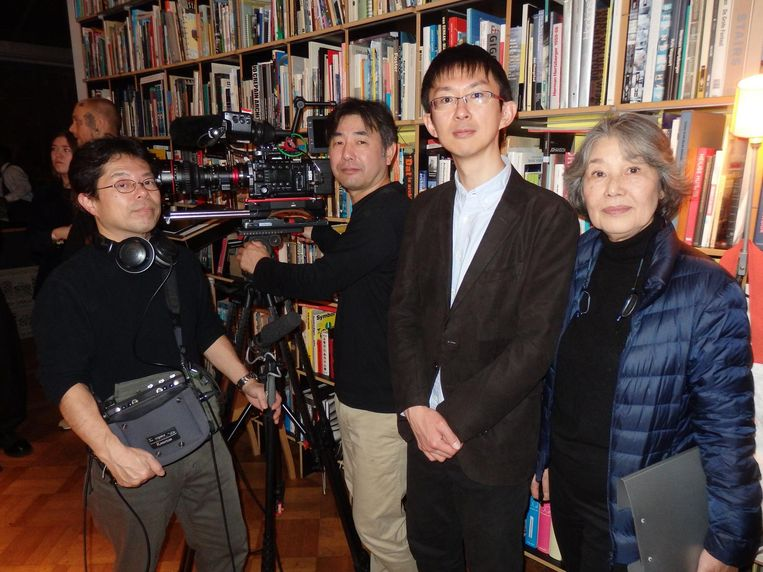 Tadashi Urabe, Chisato Ushiyama, Tomofumi Sakamoto en Yata Matsuzaki van zender NHK, de Japanse BBC, zijn hier speciaal voor kunstenaar Jorge Mañes Rubio. Beeld Schuim