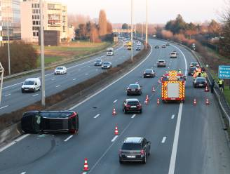 Voertuig komt op flank terecht na ongeval op E40, bestuurder gewond