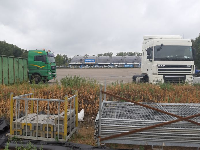 Vrachtwagens staan geparkeerd op het deel van het Olympus-gebied in Arnhem-Zuid waar in de toekomst appartementen en sport- en recreatievoorzieningen moeten komen.