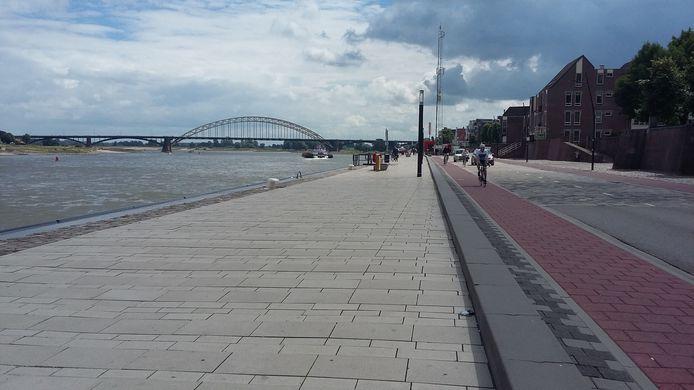 De Waalkade in Nijmegen. Hier is ruimte genoeg voor nóg meer fietsenrekken tijdens de Vierdaagsefeesten volgend jaar.